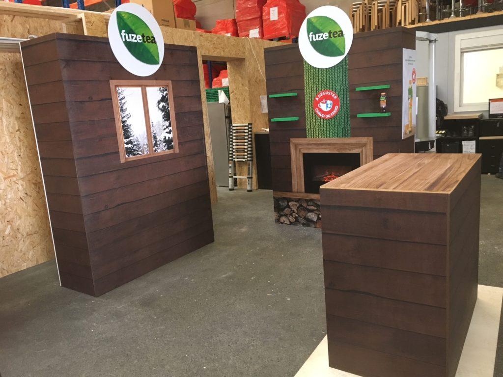 Montage à blanc stand en bois véritable dans l'atelier de menuiserie Prodezza