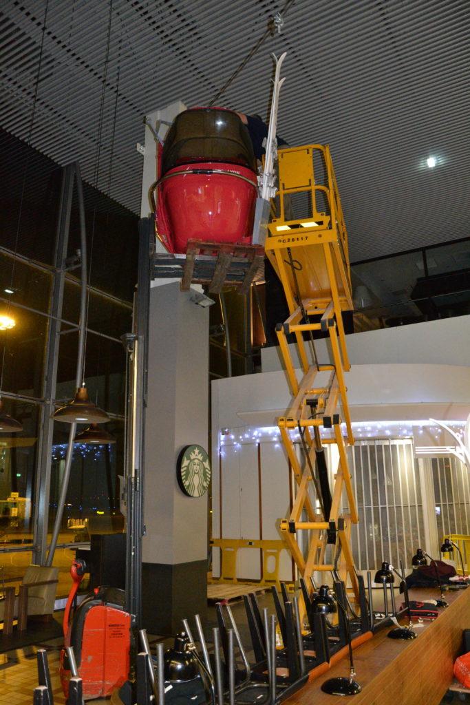 Montage scenographie hall aeroport-de-lyon