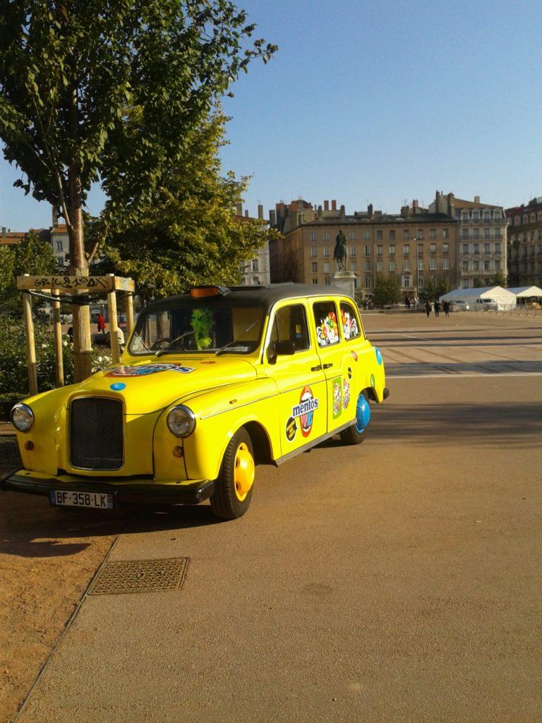 Louer taxi anglais customisé tournée promo
